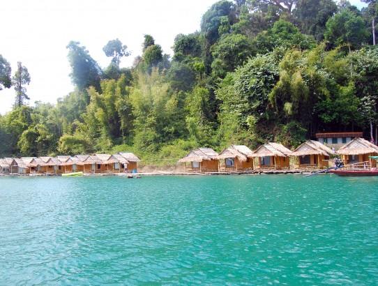 Schwimmendes Dorf auf dem Chiew Lan Stausee