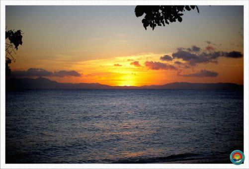 Traumhafter Sonnenuntergang auf einer einsamen Insel